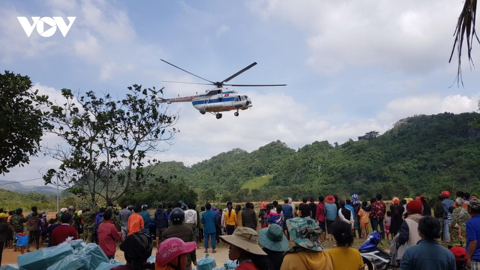 Máy bay trực thăng chuyển hàng hóa cứu trợ xã bị cô lập do mưa lũ ở Quảng Trị