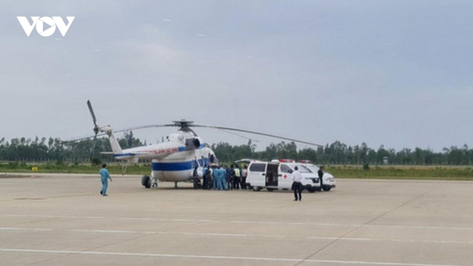 Trực thăng tiếp cận xã bị cô lập, đưa 2 người bị thương nặng đi cấp cứu