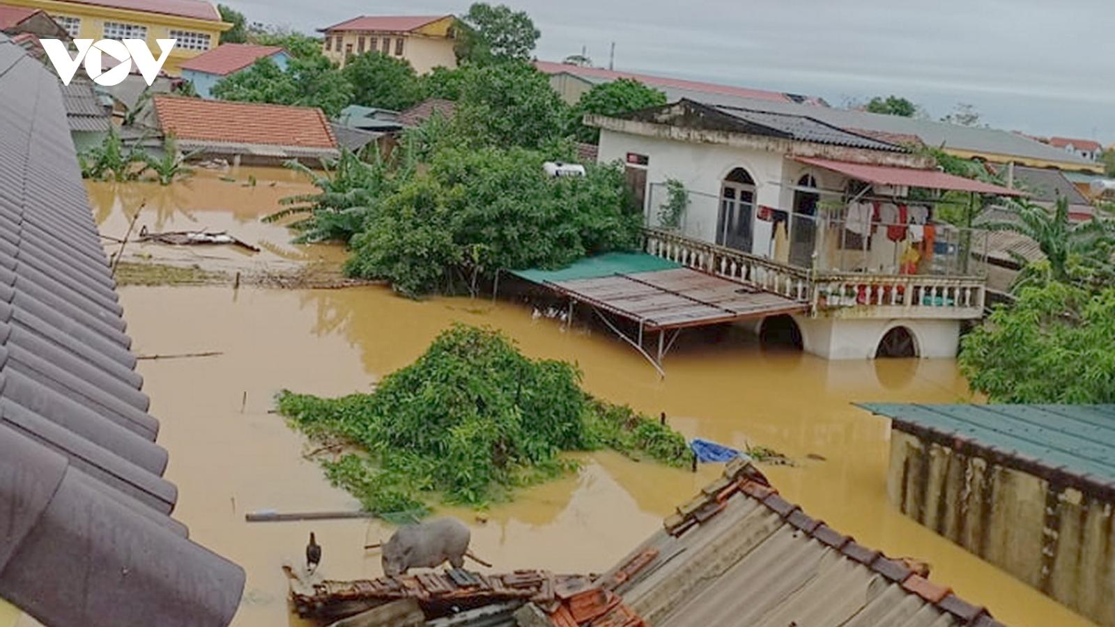 Khẩn trương sơ tán dân khỏi vùng nguy hiểm và chuyển hàng cứu trợ đến vùng lũ miền Trung
