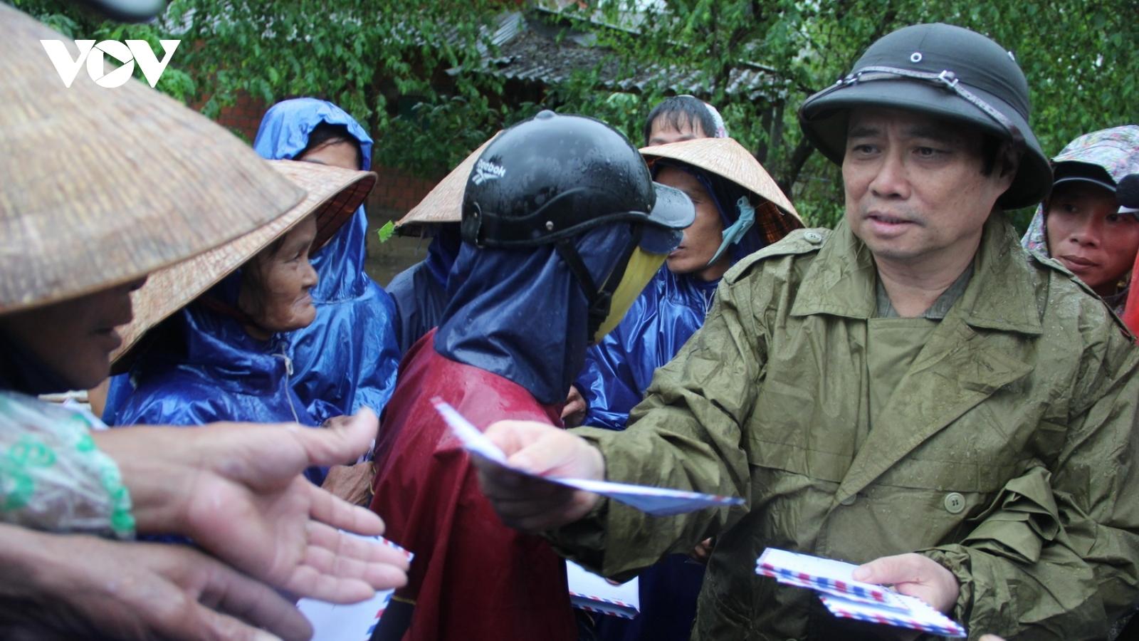 Trưởng ban Tổ chức Trung ương thăm, tặng quà tại vùng lũ Quảng Trị