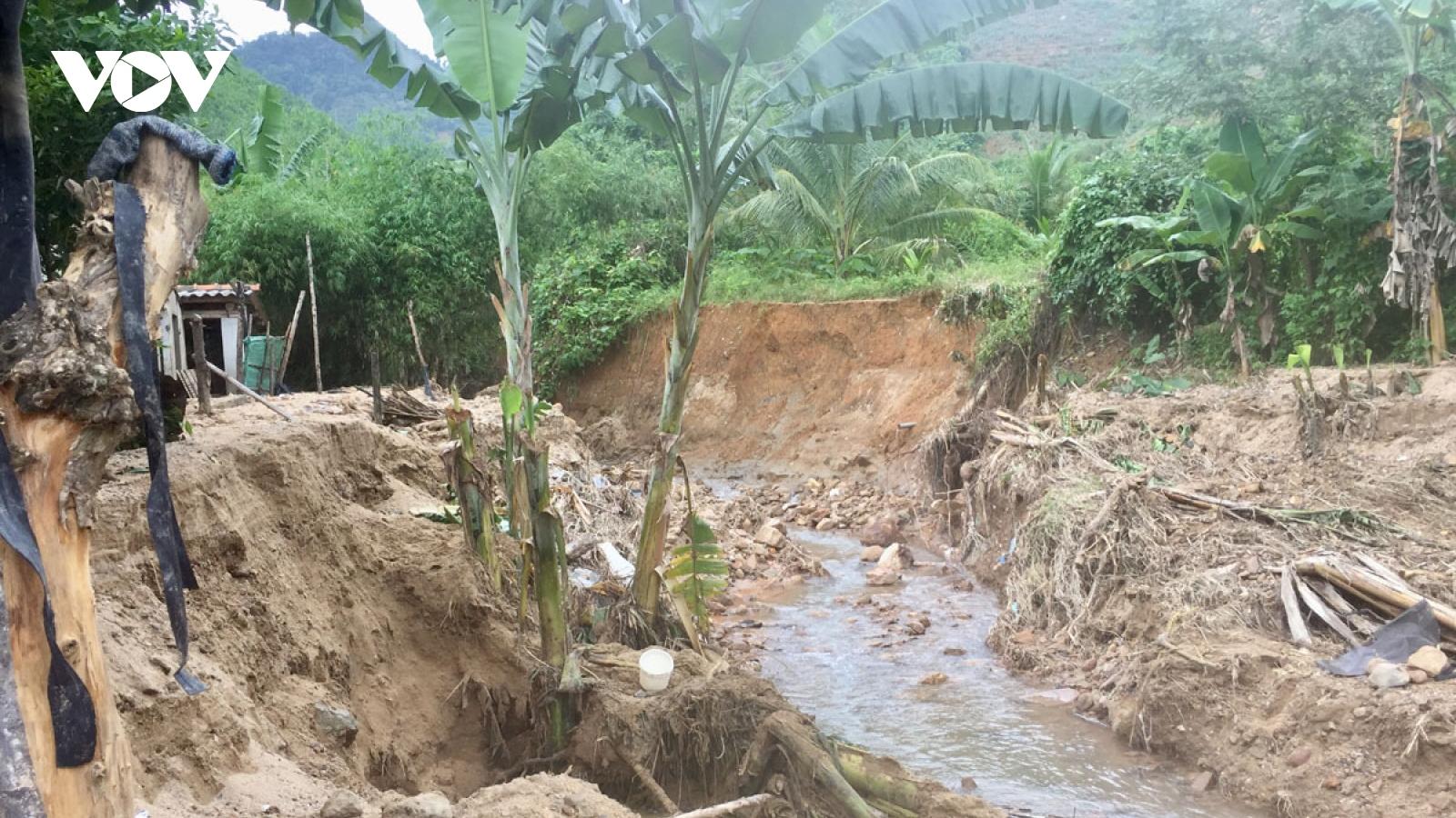 Người dân Quảng Nam vừa khắc phục hậu quả mưa lũ, vừa phòng chống áp thấp nhiệt đới