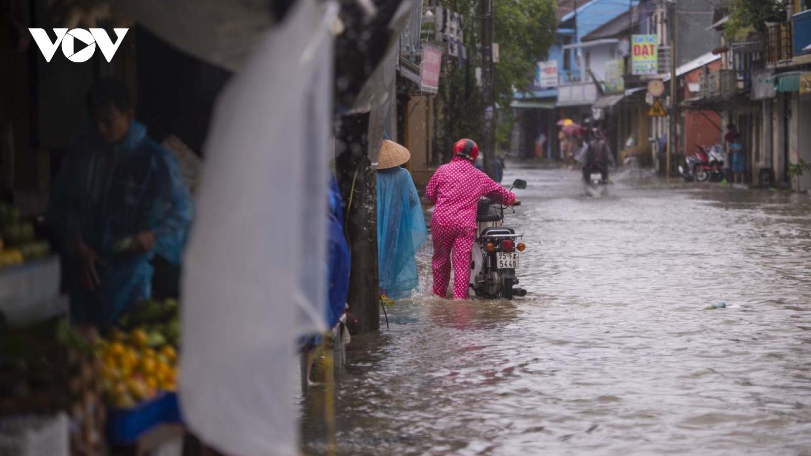 Cuộc sống thường nhật dưới cơn mưa lớn tại Huế