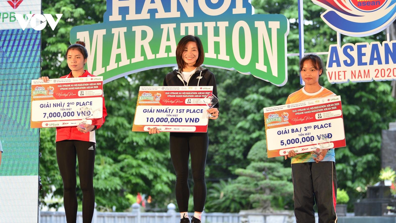 """""""Cô gái vàng"""" Nguyễn Thị Oanh không có đối thủ ở Hanoi Marathon ASEAN 2020"""