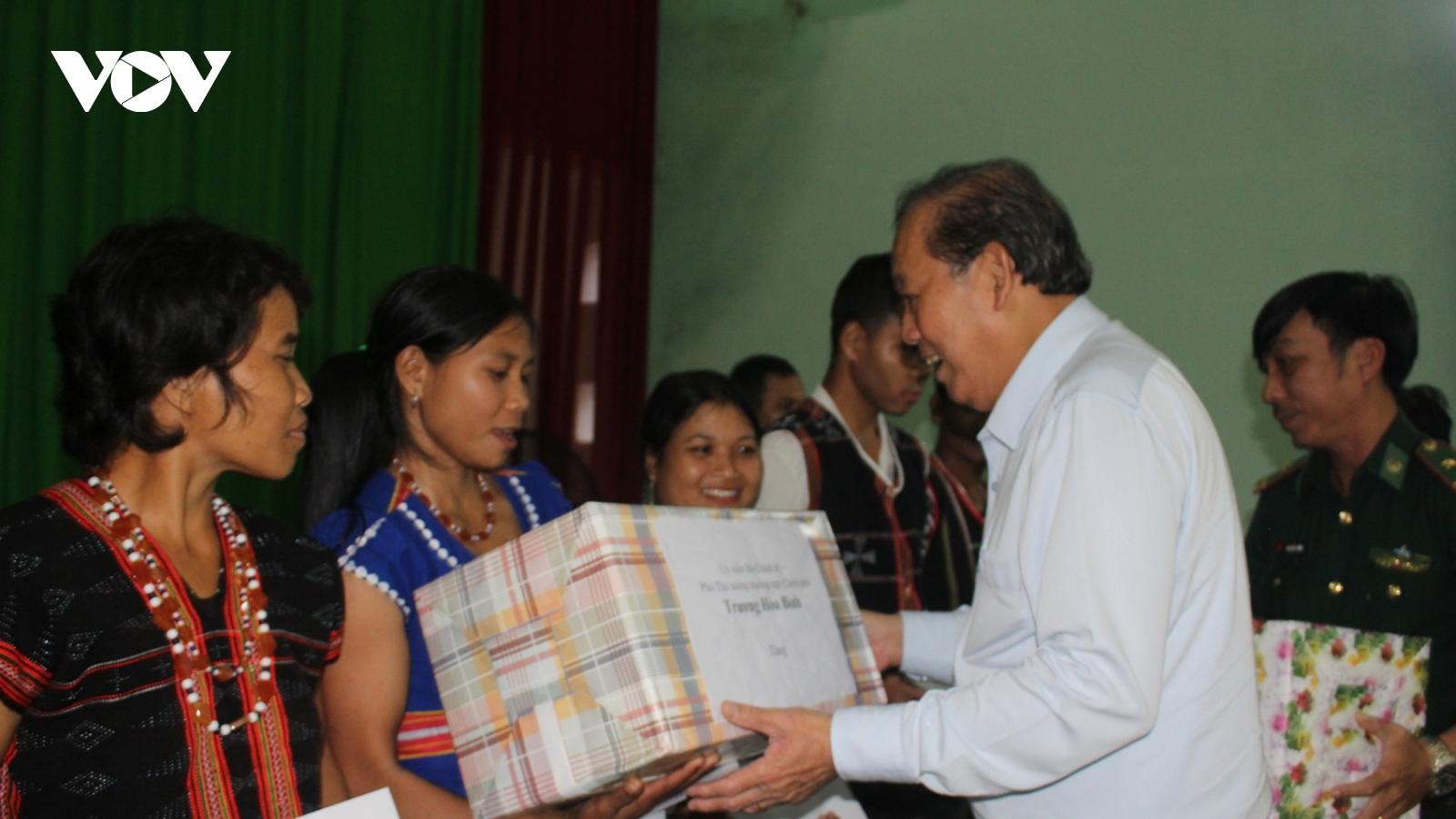 Phó Thủ tướng Trương Hòa Bình tặng quà người dân miền núi Quảng Nam