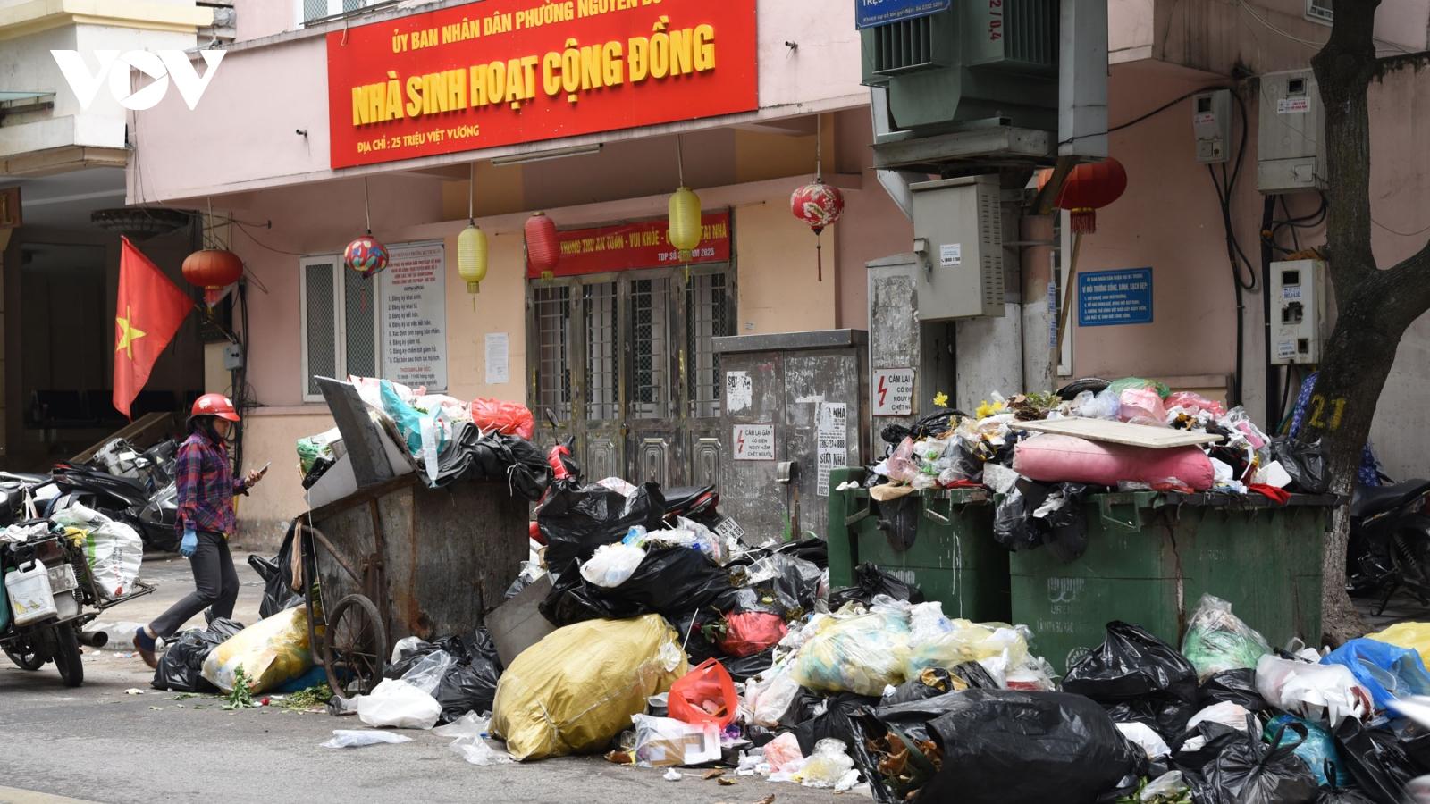 Hà Nội ngập rác khi dân chặn xe vàobãi rác Nam Sơn