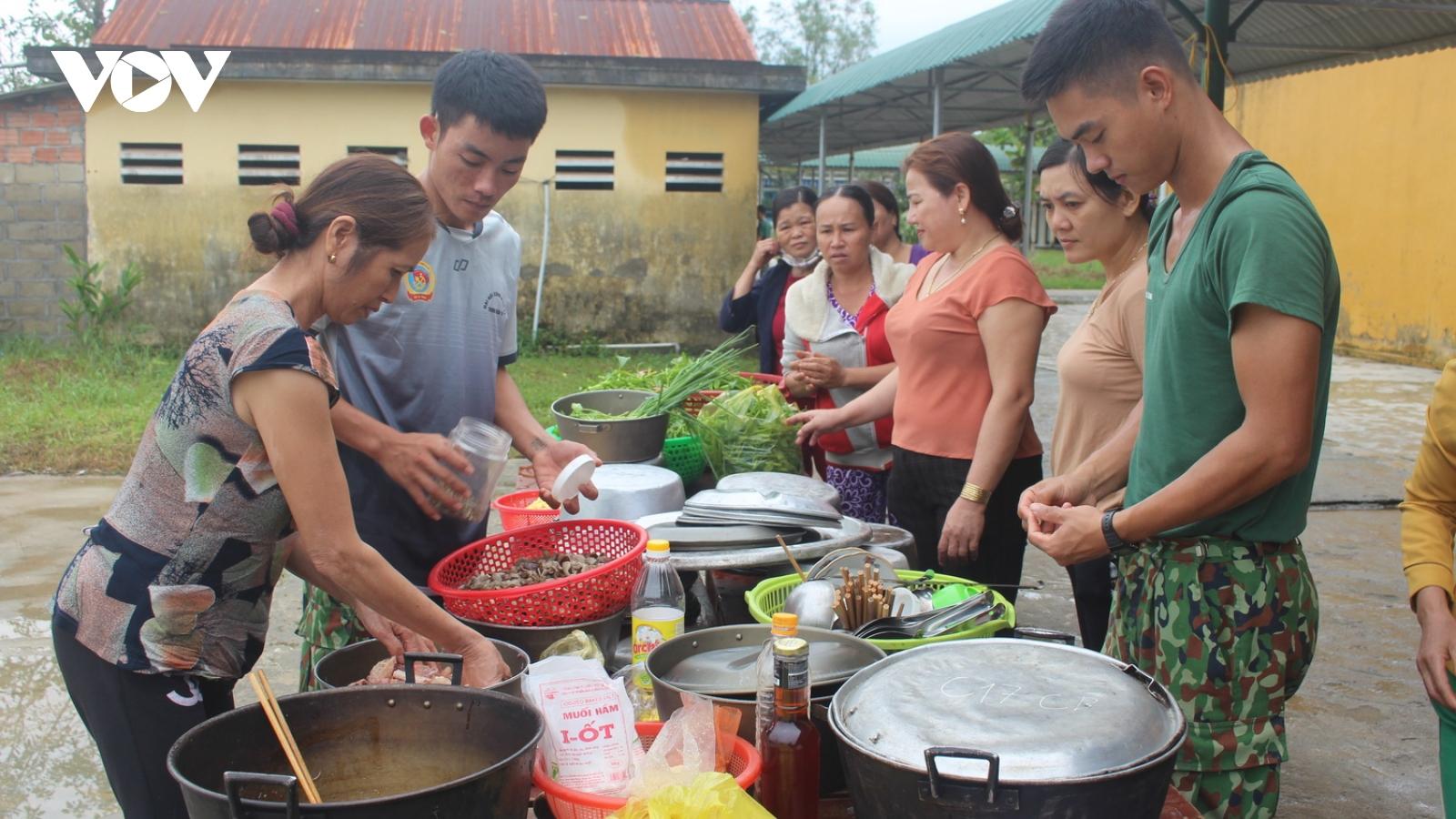 Người dân mang rau củ, gà vịt ủng hộ bộ đội đi tìm kiếm nạn nhân ở Thủy điện Rào Trăng 3