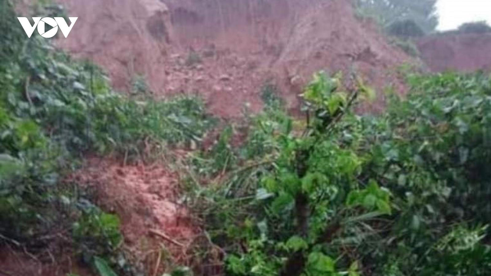 """Sạt núi vùi lấp 1 nhà dân, tỉnh lộ 554 ở Hà Tĩnh bị """"cắt đứt"""""""