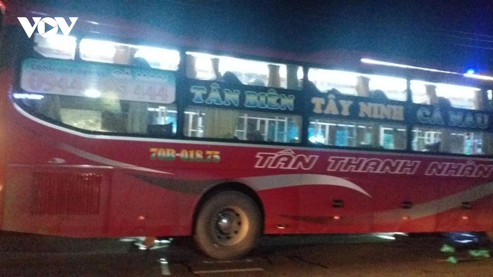 Ô tô khách tông ô tô tải tại Tiền Giang làm 19 người thương vong