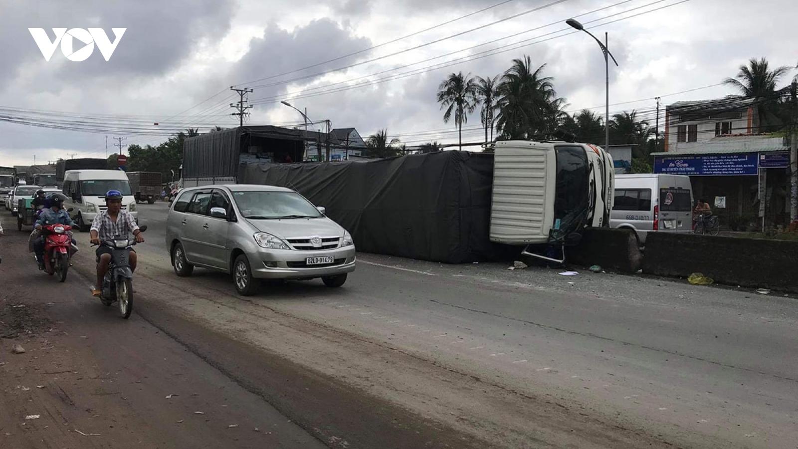 Xe tải chở 10 tấn hàng lật nghiêng vì lao vào dải phân cách