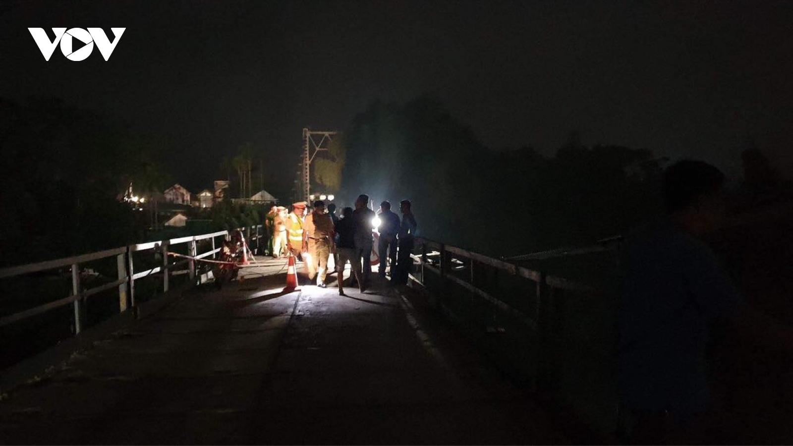 Hiện trường vụ xe 7 chỗ đâm xe máy rồi rơi xuống sông ở Nghệ An, 5 người tử vong
