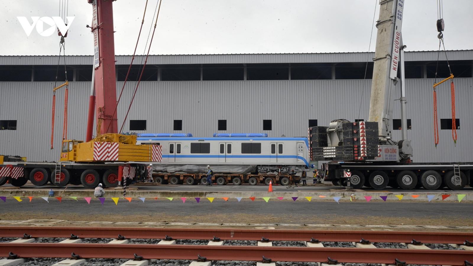 Đoàn tàu metro 1 được lắp đặt lên đường ray tại depot
