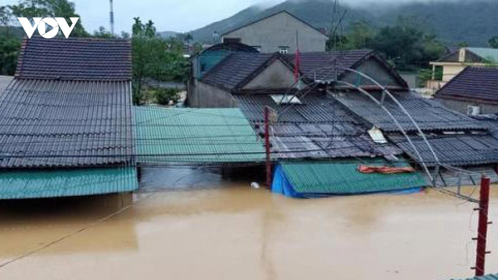 Bộ đội, công an dầm mình trong lũ cứu dân khỏi những ngôi nhà ngập sâu