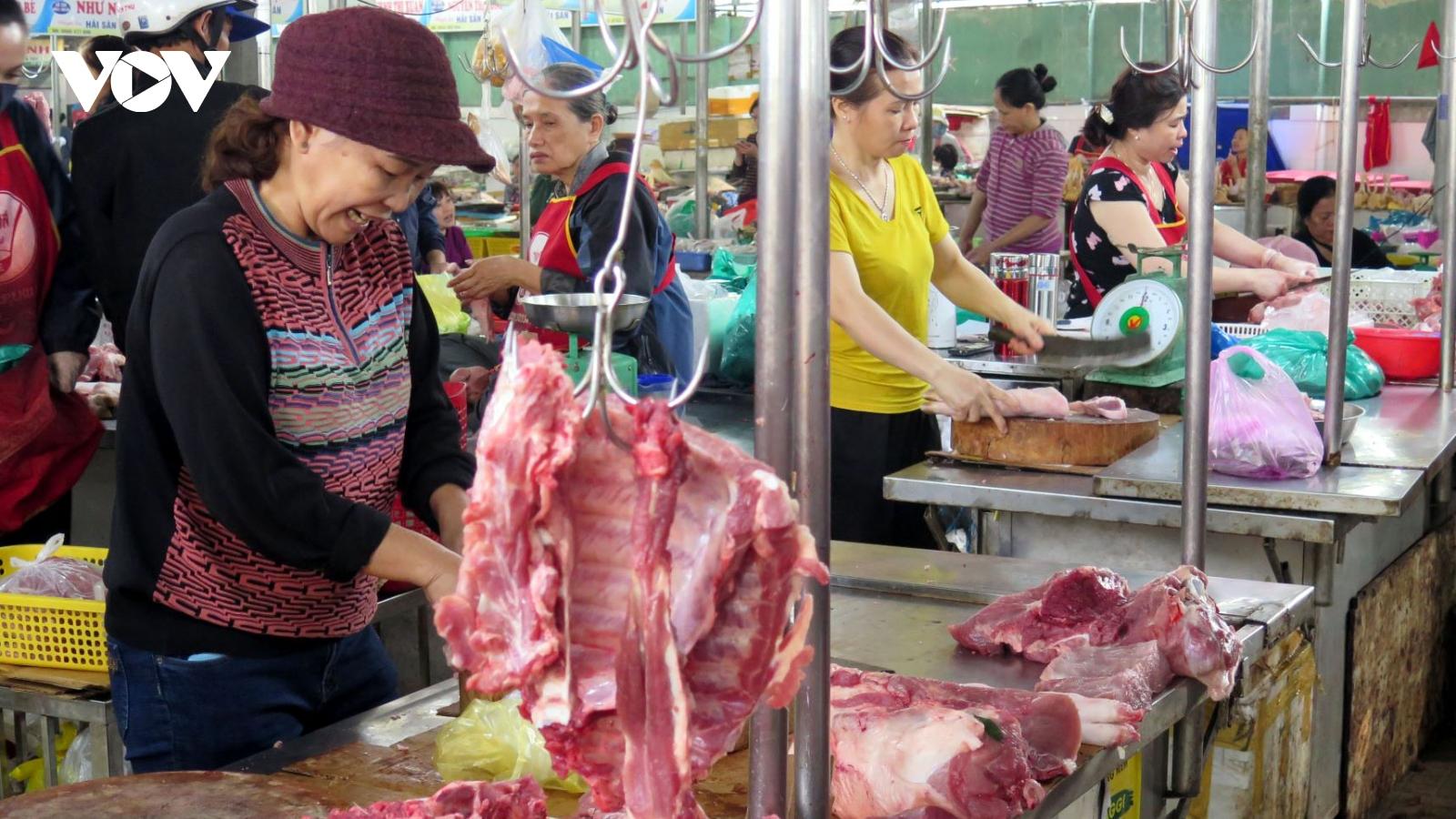 Vì sao giá lợn hơi giảm nhưng người tiêu dùng vẫn phải mua thịt lợn giá cao?
