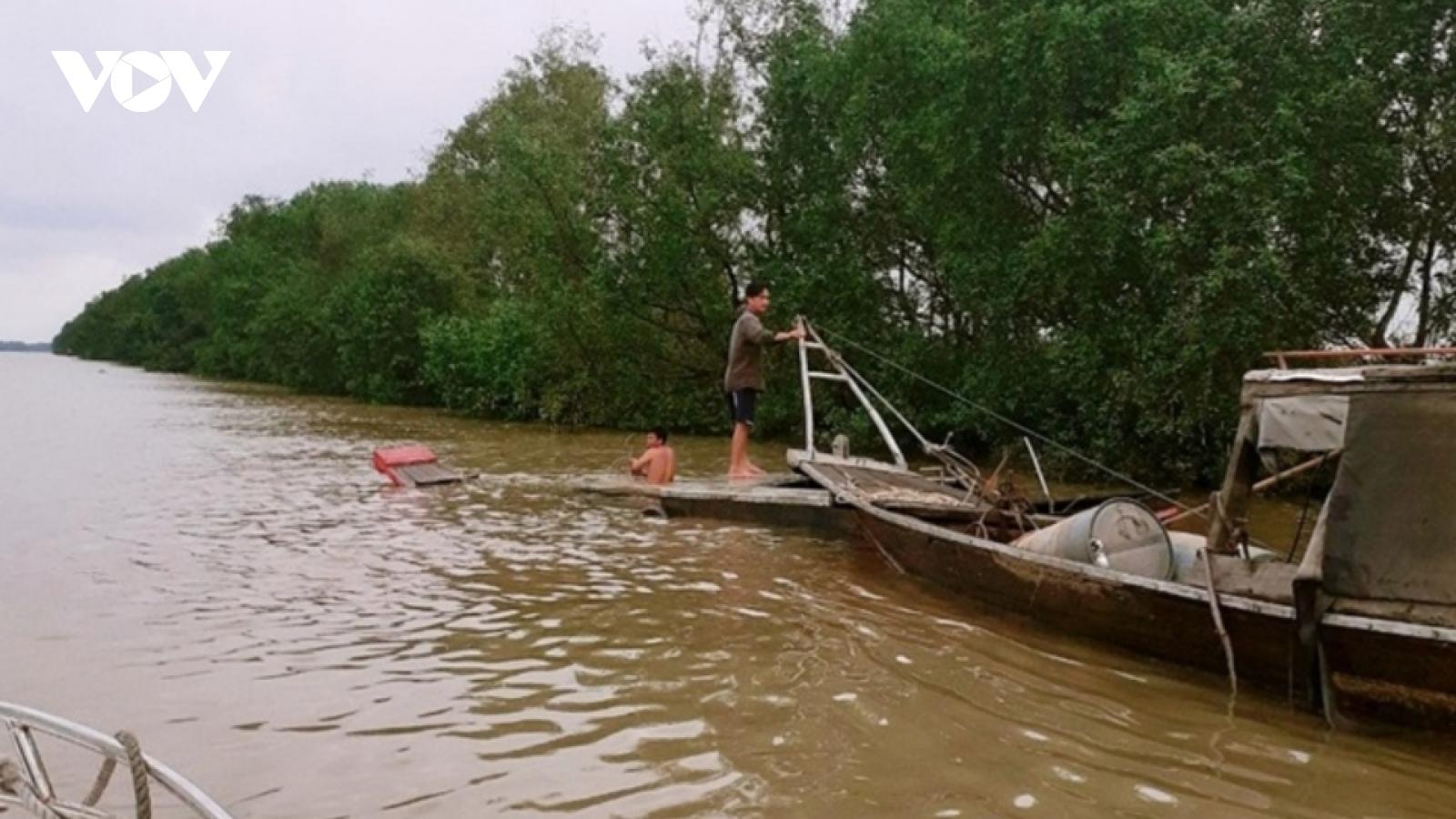 Cứu hai ngư dân bị chìm ghe trên sông Soài Rạp