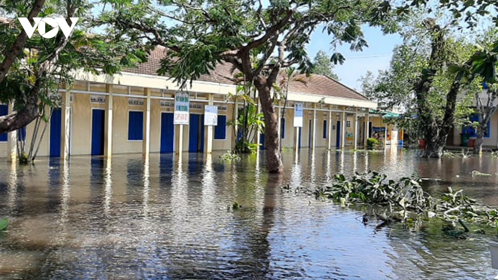 Học sinh ở Quảng Ngãi rất khó đi học đúng lịch vì trường hư hỏng nặng