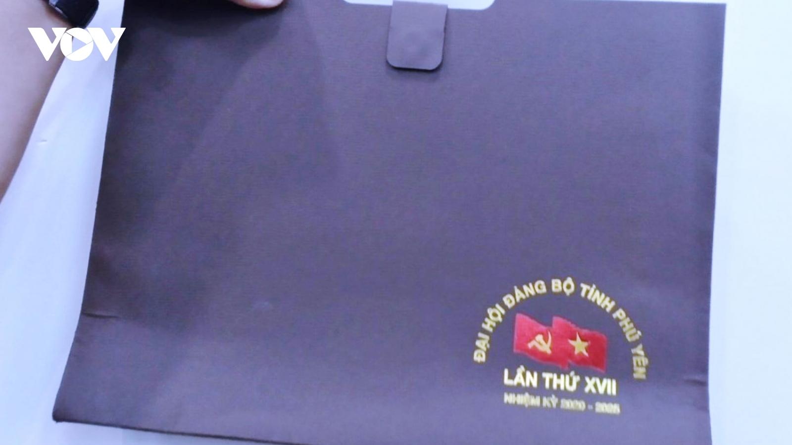 Đại hội Đảng bộ Phú Yên sử dụng cặp giấy, không nhận hoa