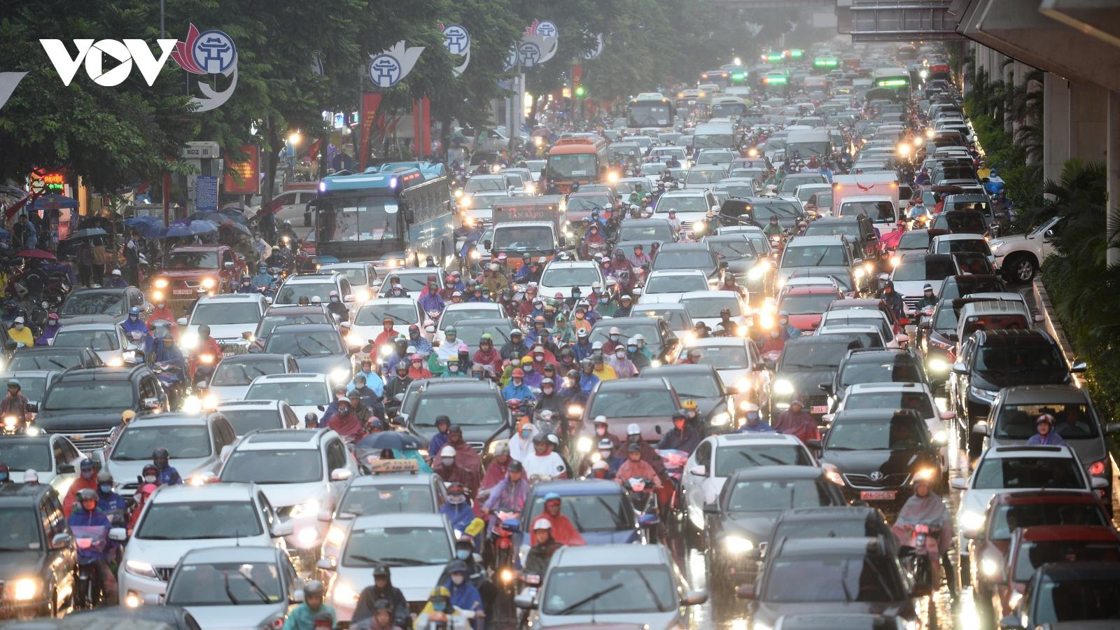 Đường phố Thủ đô Hà Nội tắc nghẽn như nêm vào giờ tan tầm