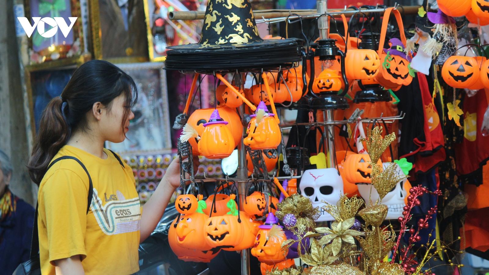 Rực rỡ sắc màu Halloween trên phố Hàng Mã