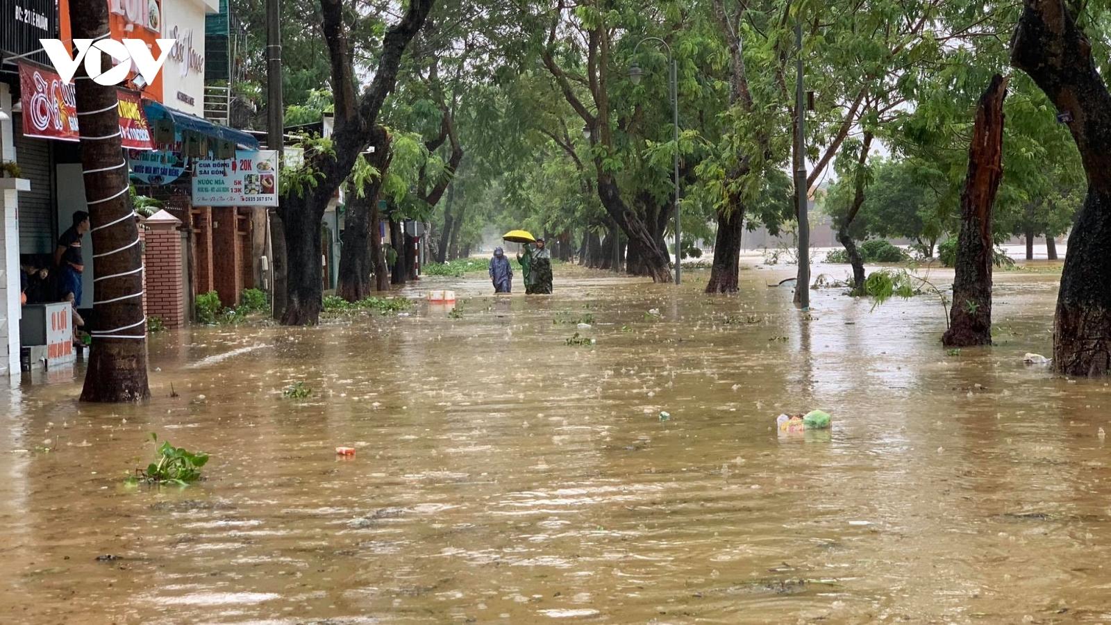 Thừa Thiên Huế tập trung cứu trợ, không để người dân đói, rét trong mưa lũ
