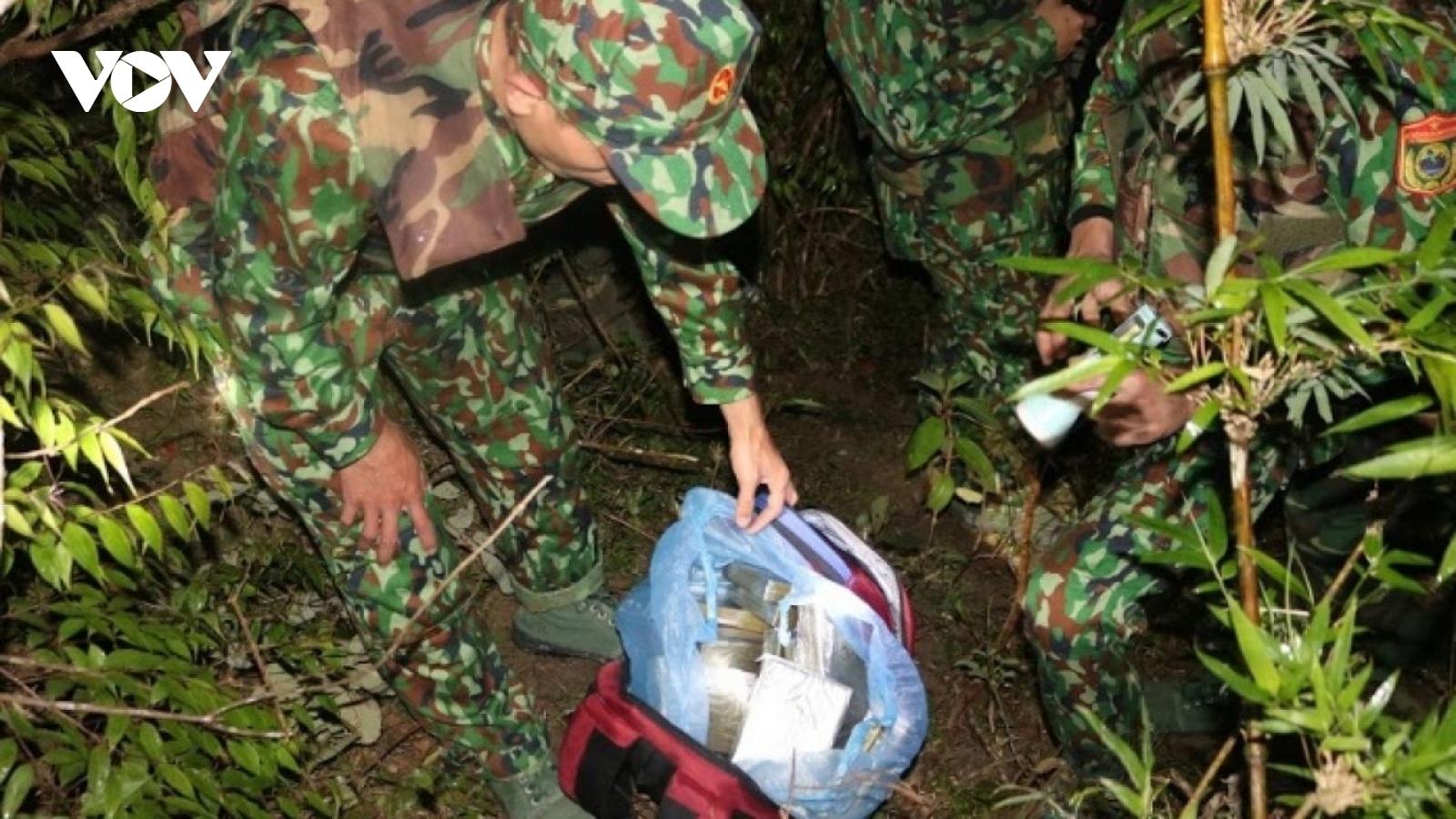 Nóng 24h: Truy lùng nhóm đối tượng nổ súng chống trả khi bị vây bắt