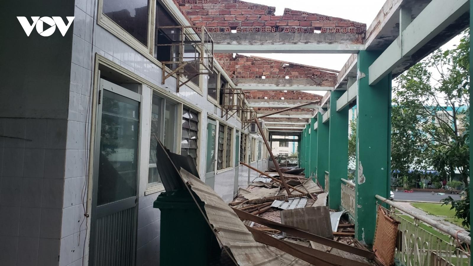 Bão số 9 giật tung mái tôn bệnh viện, hàng chục bệnh nhân phải sơ tán