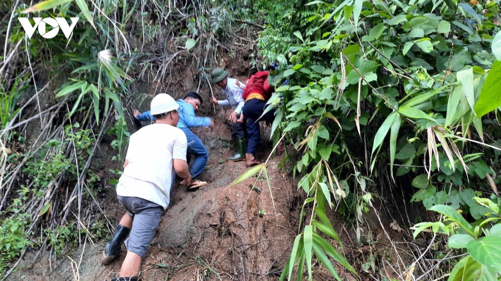 Khẩn trương tiếp cận hiện trường vụ lở núi vùi lấp 11 người ở Phước Sơn