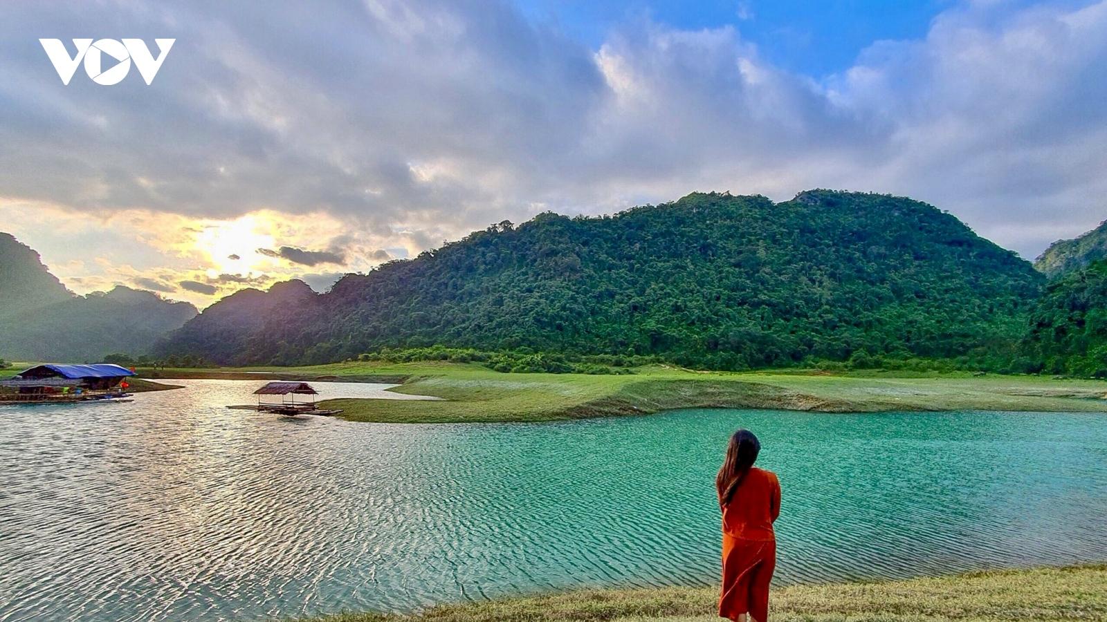 Khám phá thảo nguyên xanh Hữu Liên bình yên, đẹp lạ ngay gần Hà Nội