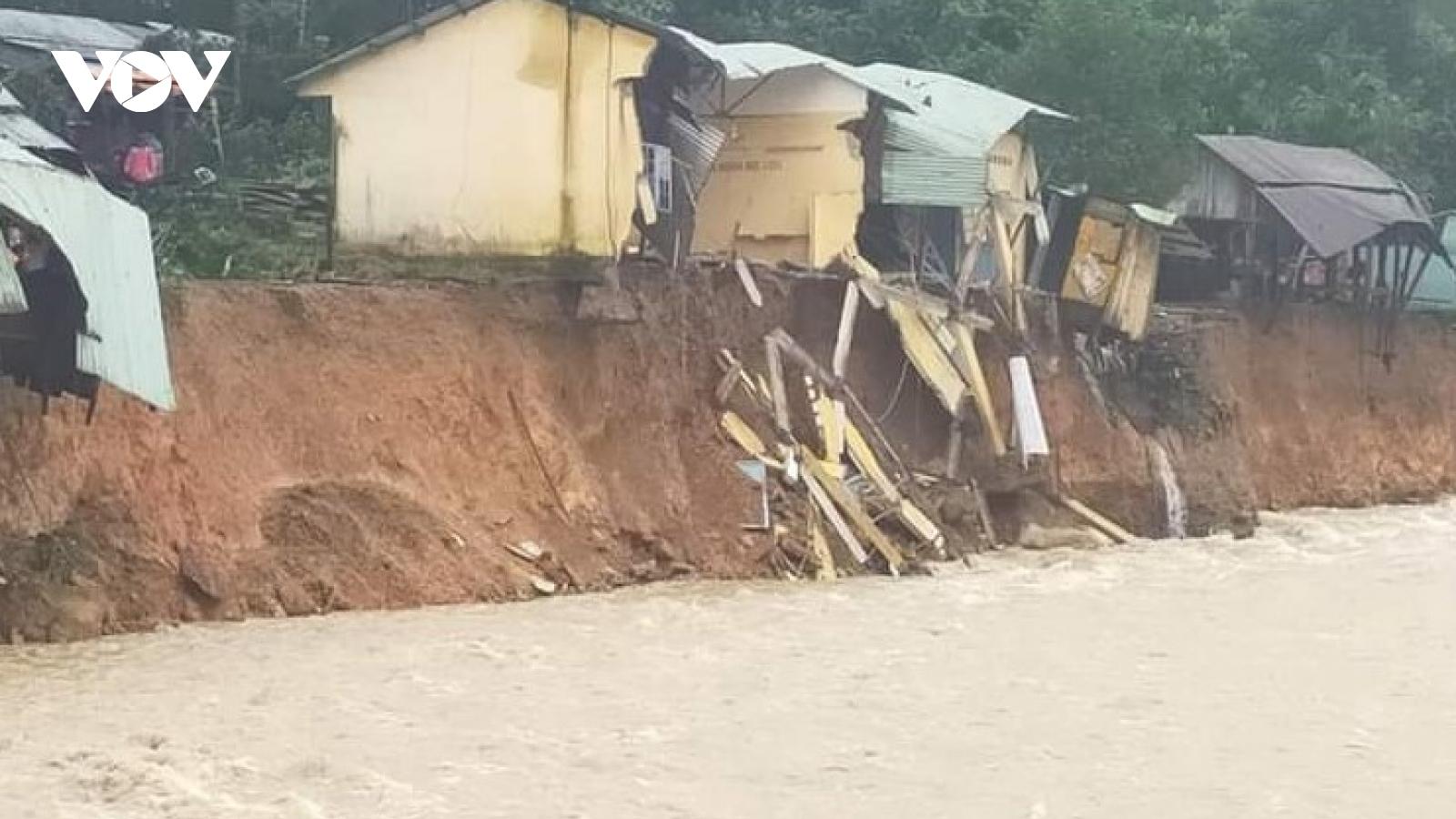 Trà Leng: Nước thượng nguồn cuồn cuộn đổ về, hàng chục ngôi nhà bị cuốn trôi