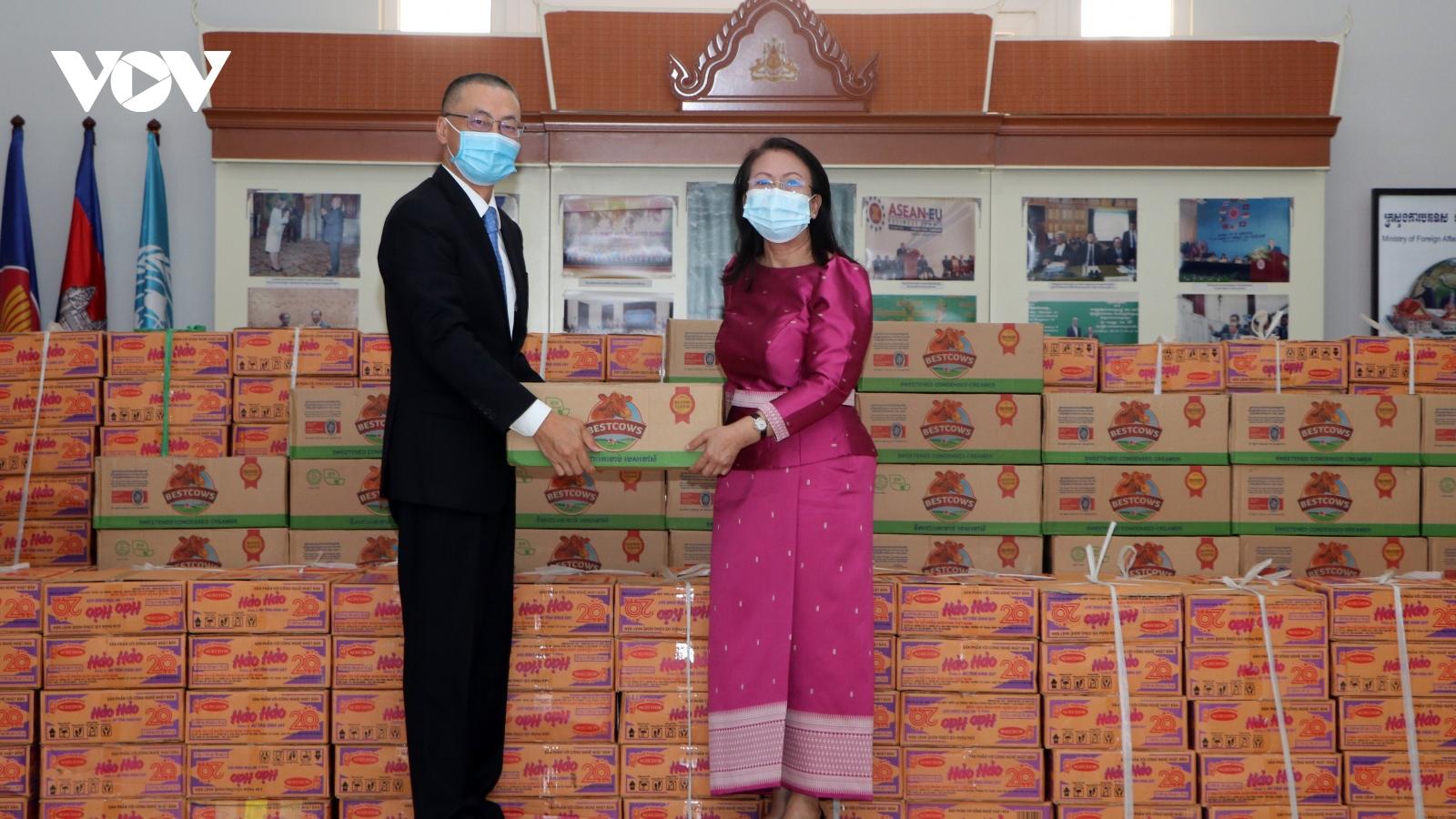 Đại sứ quán Việt Nam trao tặng quà cứu trợ nhân dân Campuchia bị ảnh hưởng của lũ lụt