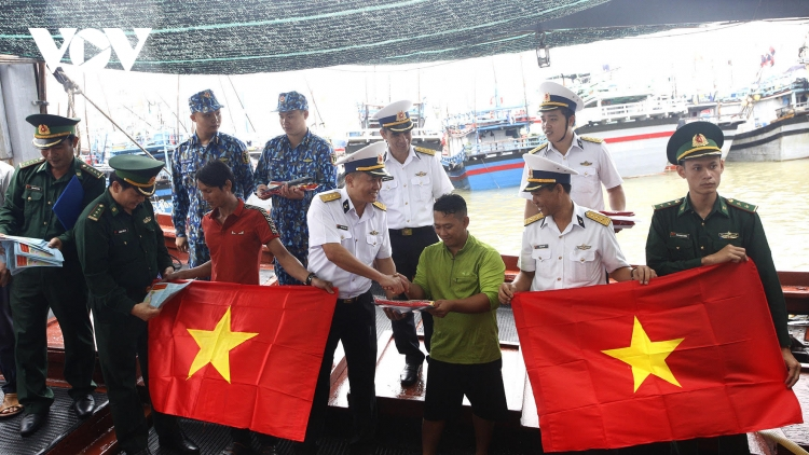 Lữ đoàn 682 đồng hành cùngngư dân Phú Yên vươn khơi bám biển