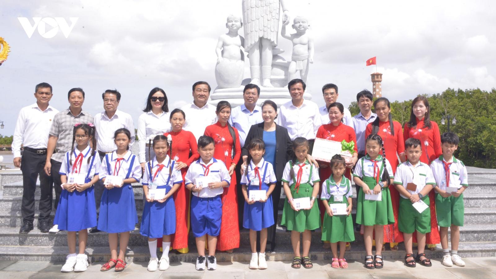 Chủ tịch Quốc hội Nguyễn Thị Kim Ngân thăm và làm việc tại tỉnh Cà Mau