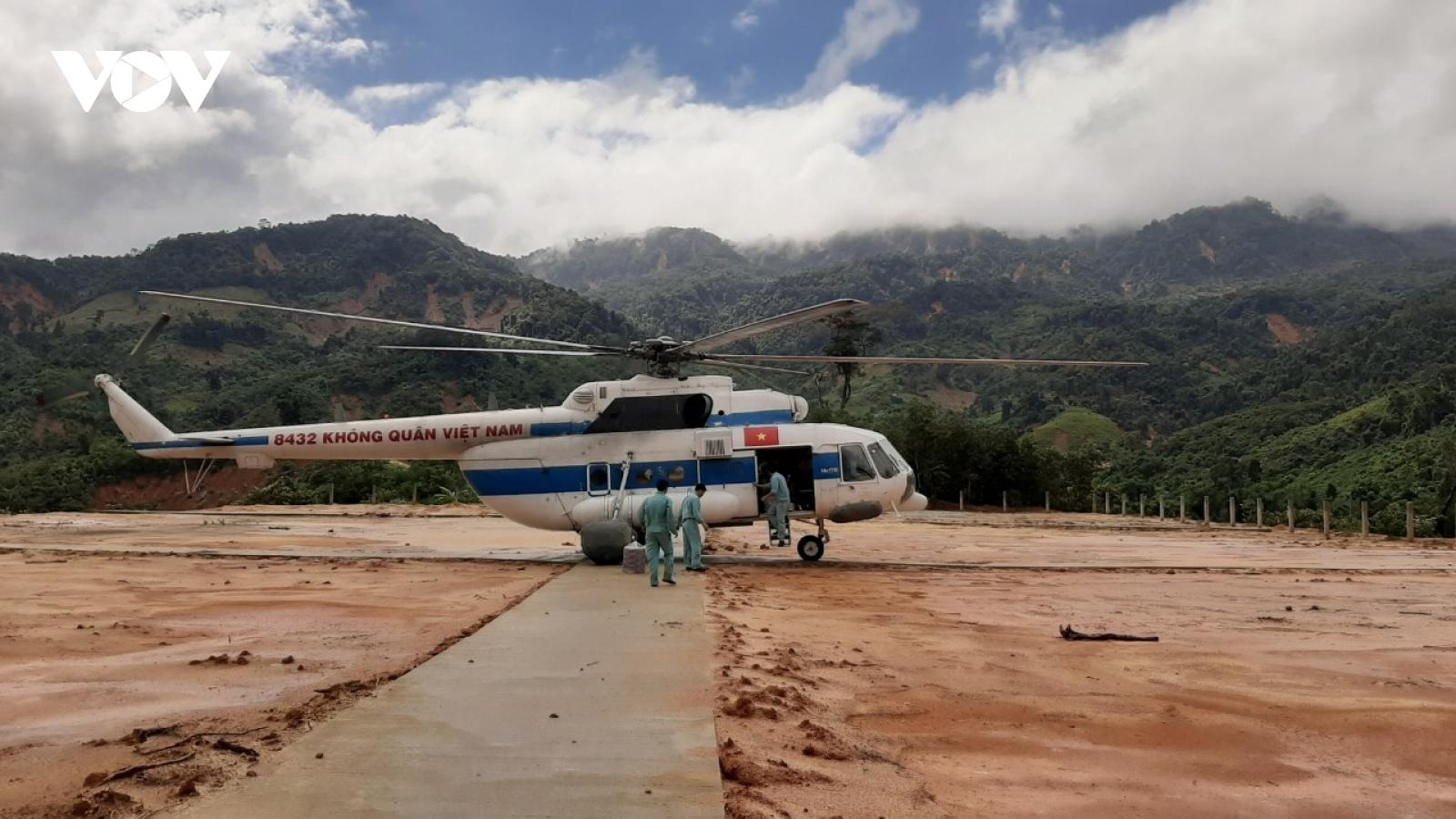 Cận cảnh trực thăng đưa hàng tiếp tế tới vùng cô lập ở Phước Sơn