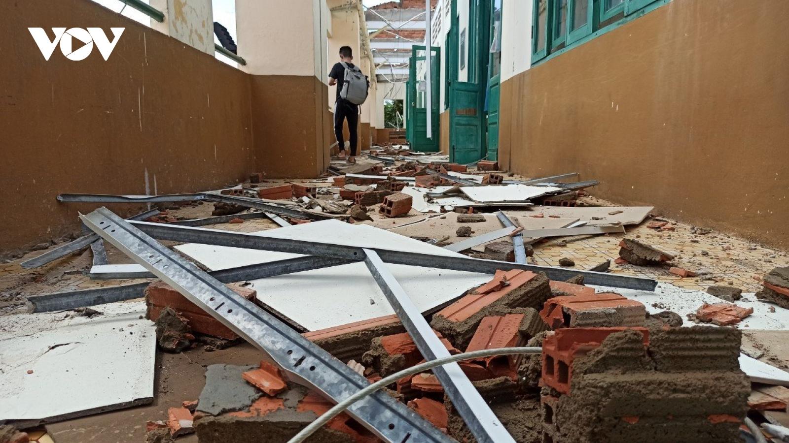Mưa lớn, gió lốc khiến một trường học ở TPHCM đổ sập phần mái