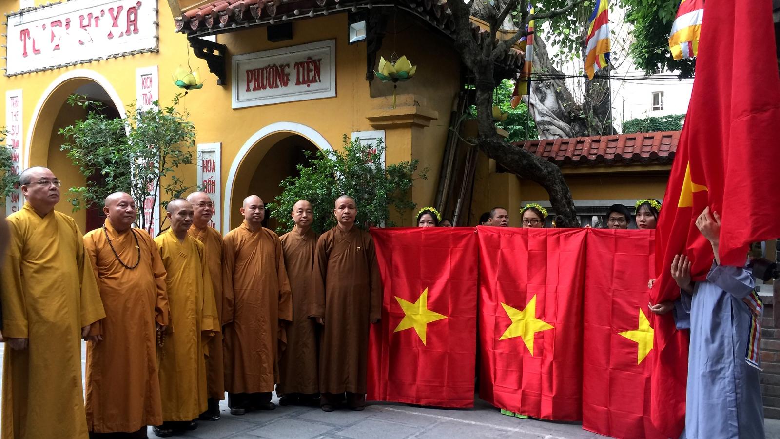 Trao tặng cờ Tổ quốc tới Giáo hội Phật giáo Việt Nam