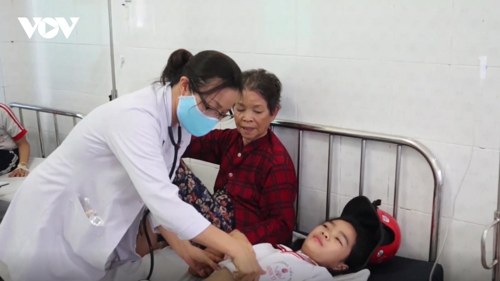 Hàng chục học sinh tiểu học ở Bình Phước nhập viện nghi ngộ độc thực phẩm