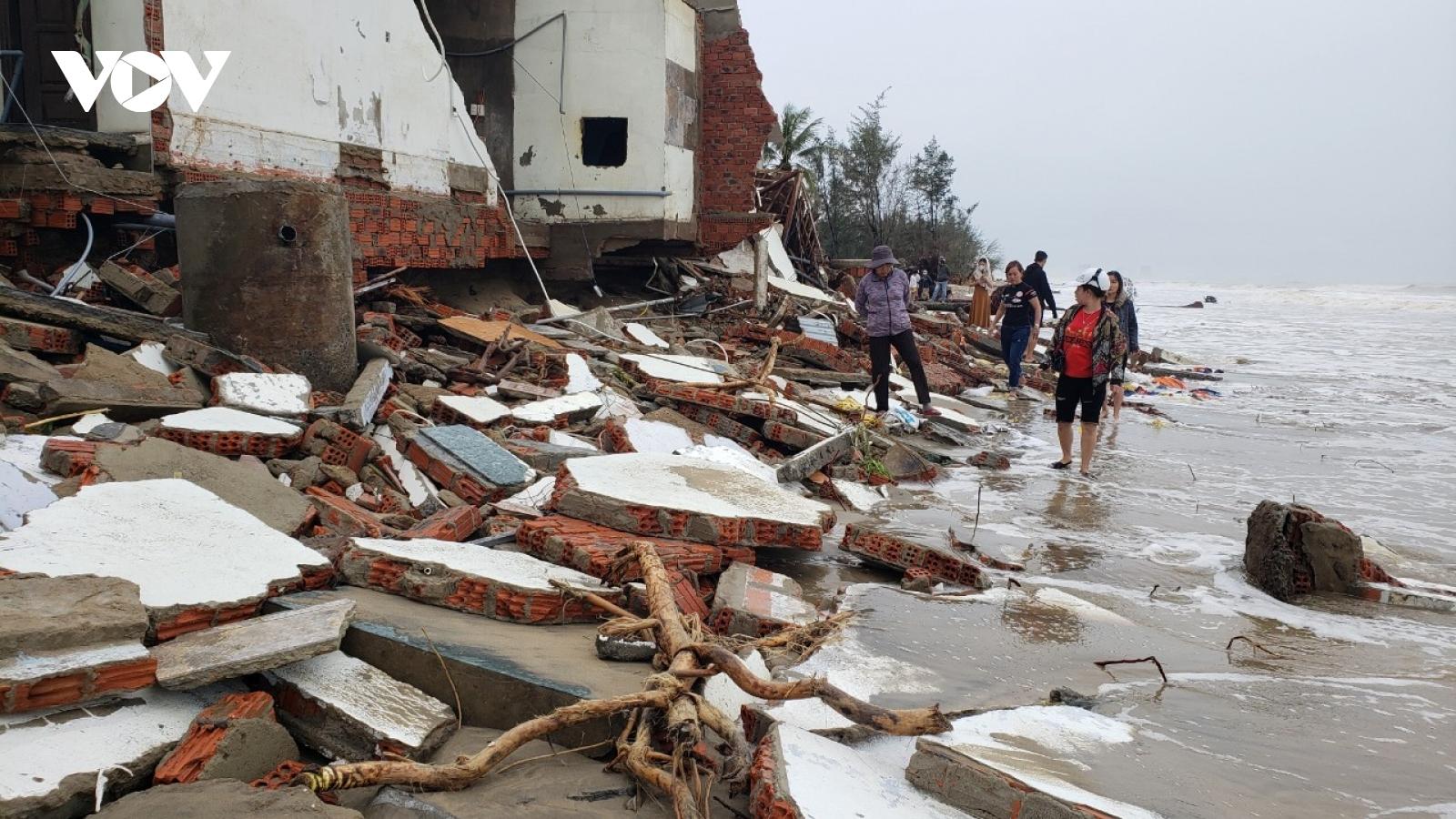 Sóng lớn đánh sập nhiều km bờ biển, nhiều nhà dân bị sạt lở cuốn trôi