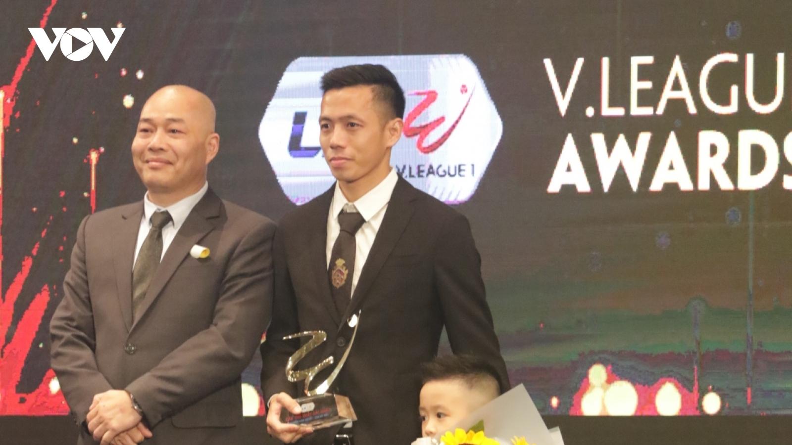 Văn Quyết nhận danh hiệu Cầu thủ xuất sắc nhất V-League 2020