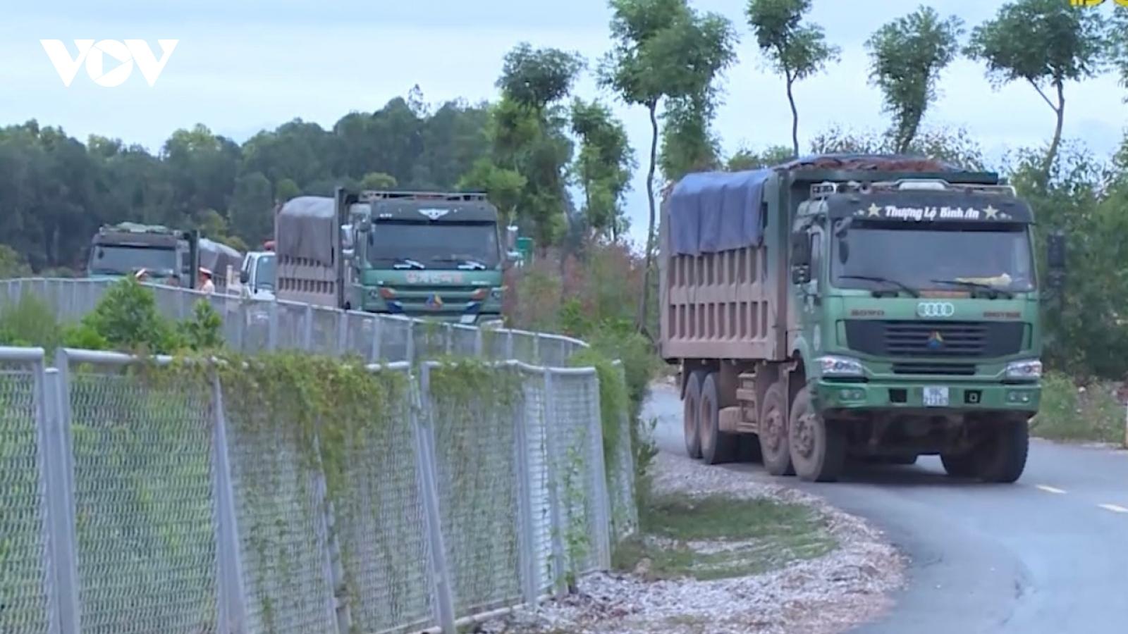 """Cận cảnh tuyến đường 60 tỷ bị xe chở đất """"cày nát"""" ở Bắc Giang"""