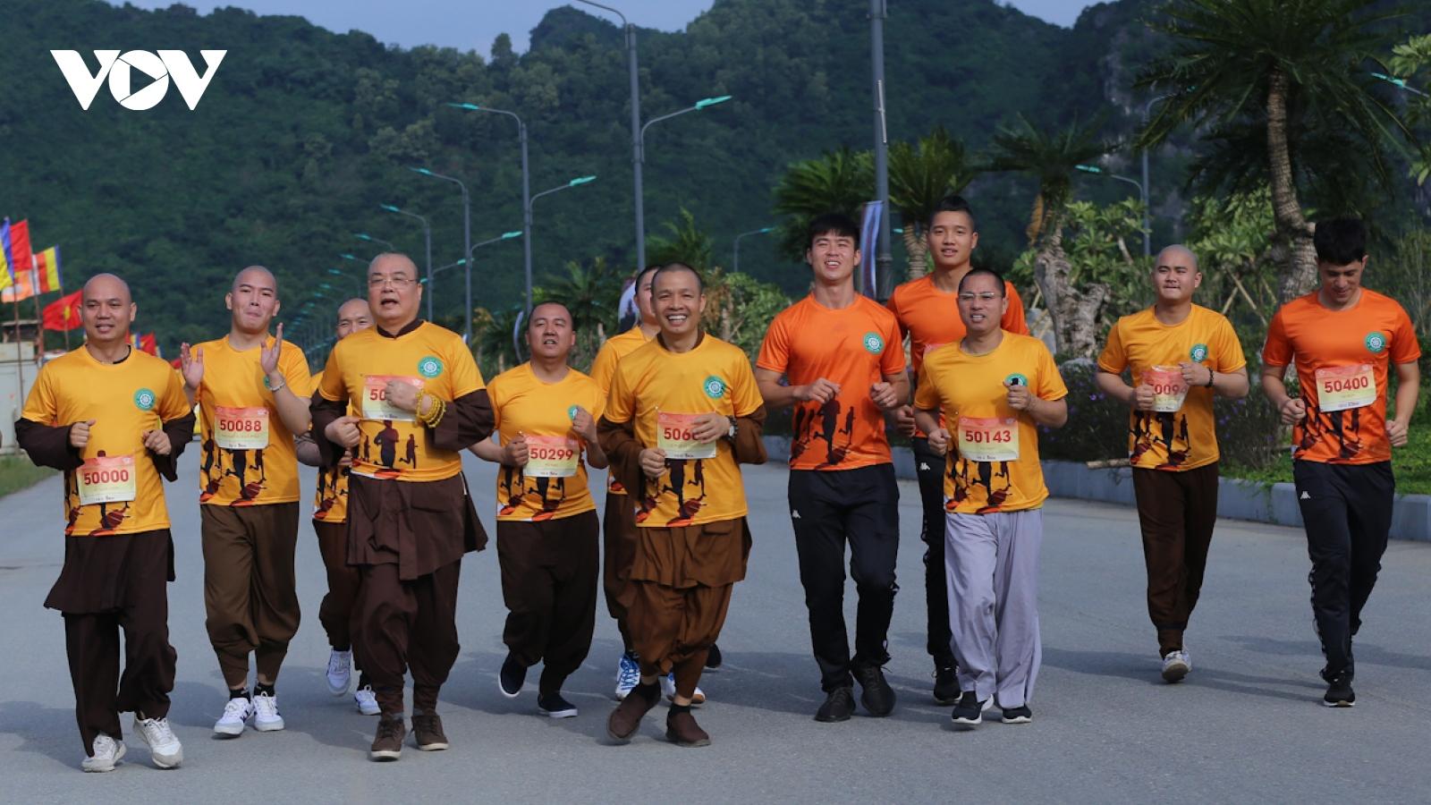 Nhà sư và cầu thủ bóng đá hào hứng trên đường chạy marathon