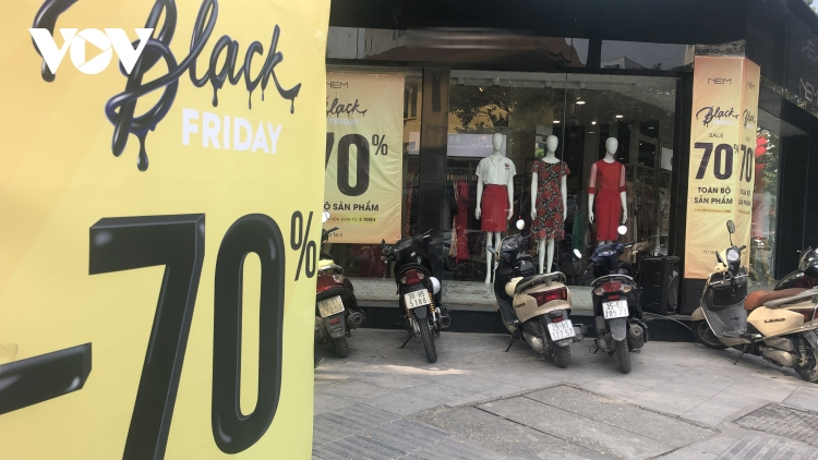 """Black Friday 2020: Giảm giá """"sập sàn"""" nhưng nhiều nơi vắng như chùa Bà Đanh"""
