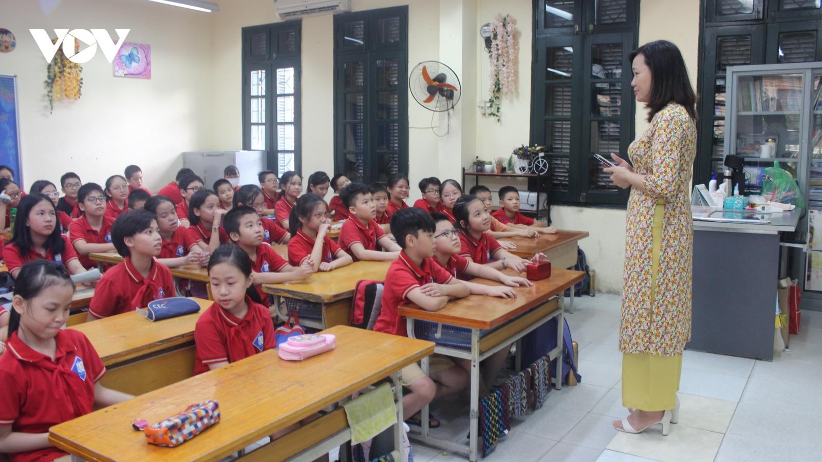 """Khi SGK không còn là """"pháp lệnh"""", giáo viên làm gì để quen với cách dạy mới?"""