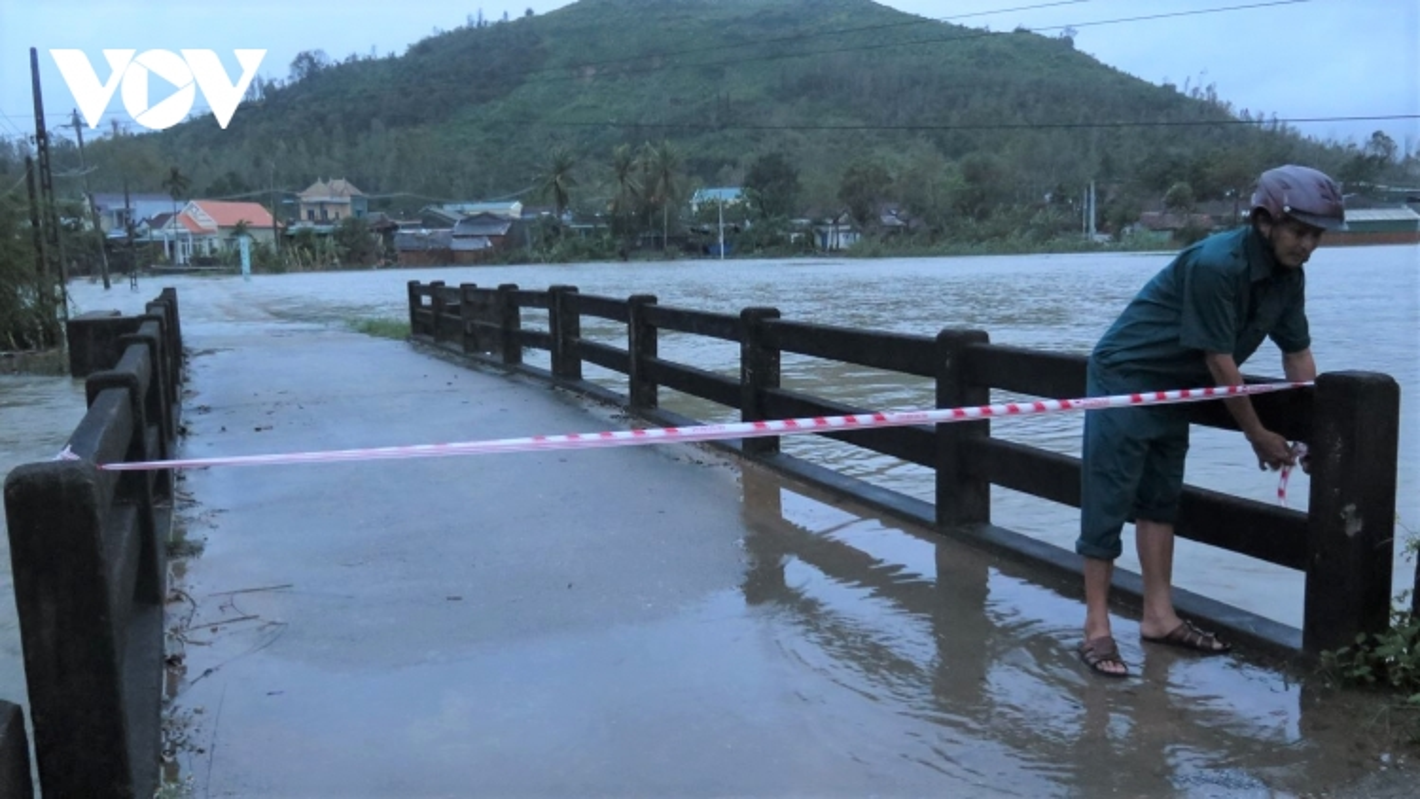 Mưa to, khẩn cấp di dời dân vùng ngập lụt, sạt lở