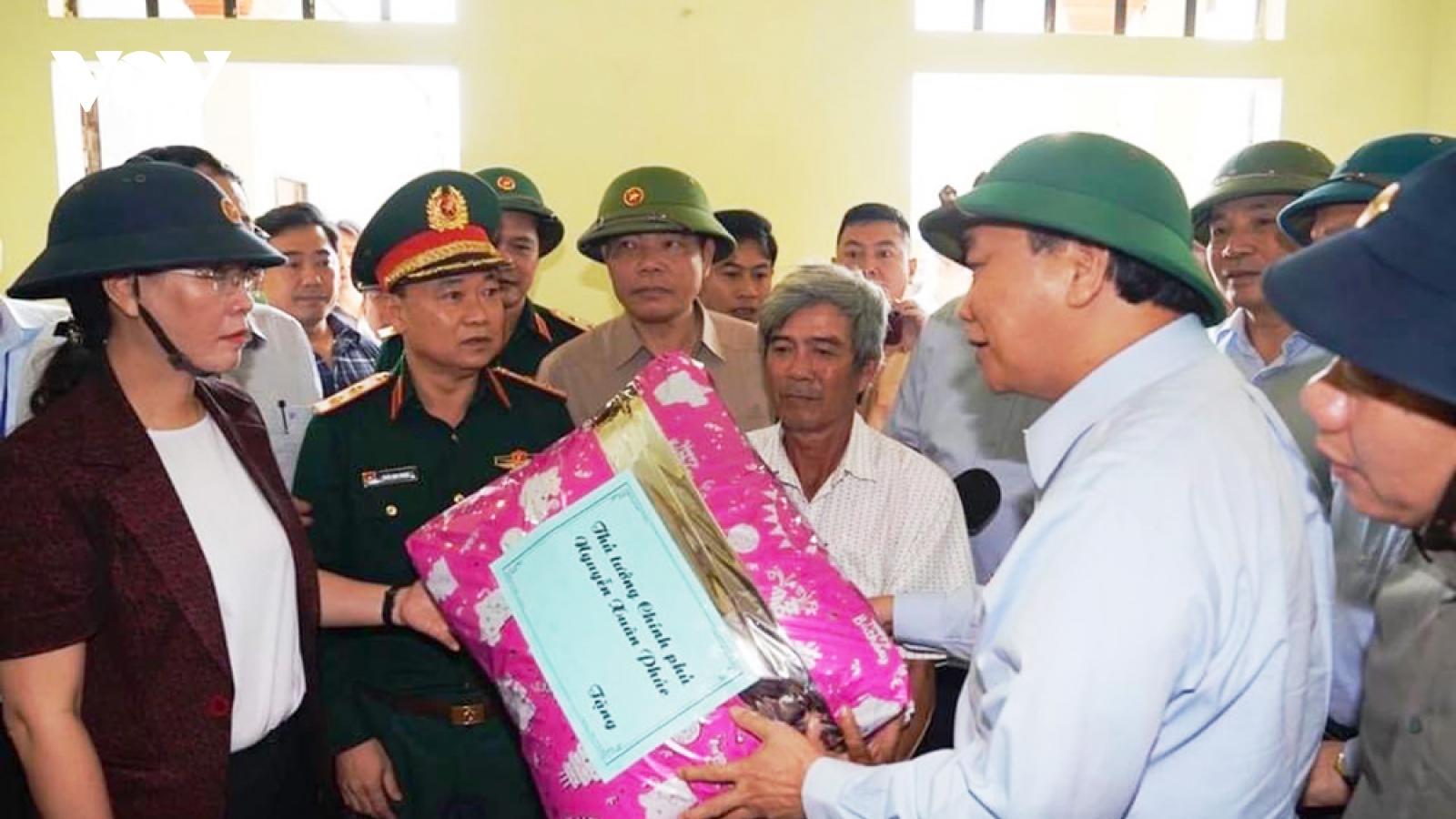 Thủ tướng về thăm, động viên và tặng quà người dân bị thiên tai ở Quảng Nam, Quảng Ngãi