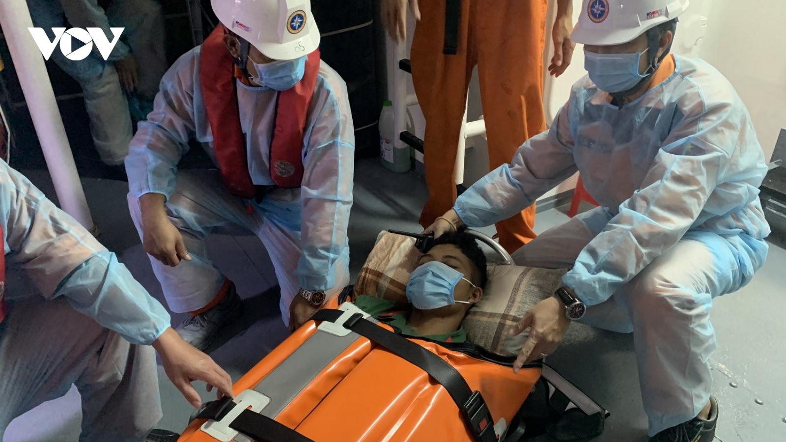 Cấp cứu giáo viên và quân nhân bị bệnh trên đảo Cù Lao Chàm