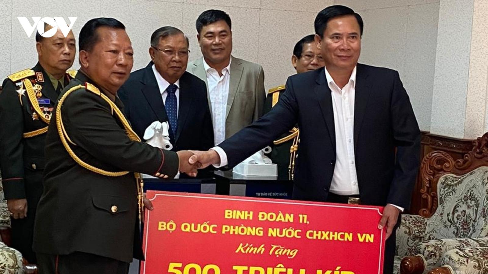 Binh đoàn 11 tặng quà hỗ trợ Quân đội Lào chống dịch
