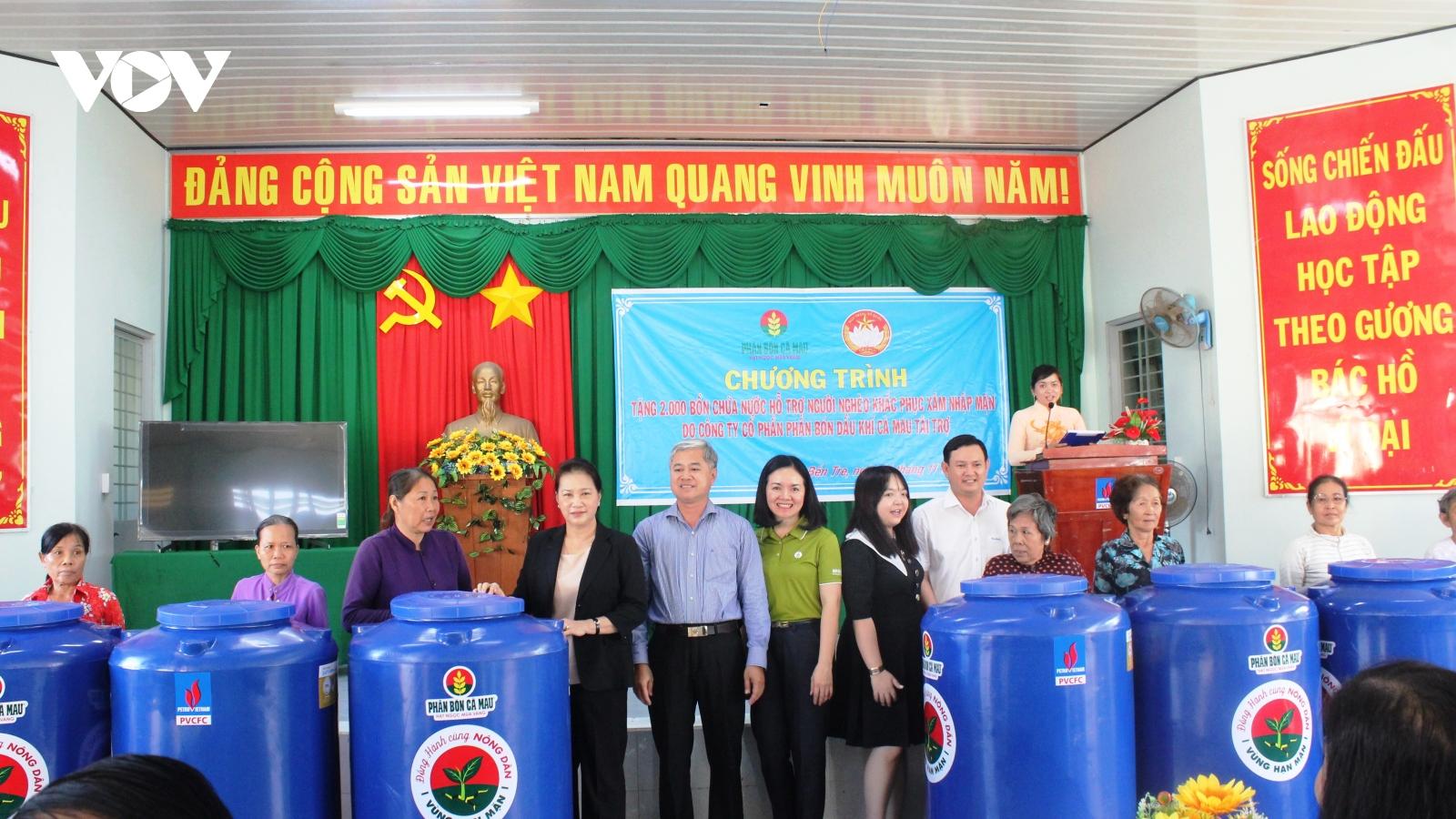 Chủ tịch Quốc hội trao 2.000 bồn chứa nước cho người dânBến Tre