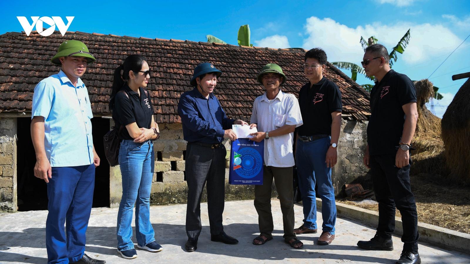 Đoàn thiện nguyện của VOV trao 200 suất quà ủng hộ người dân vùng lũ Nghệ An