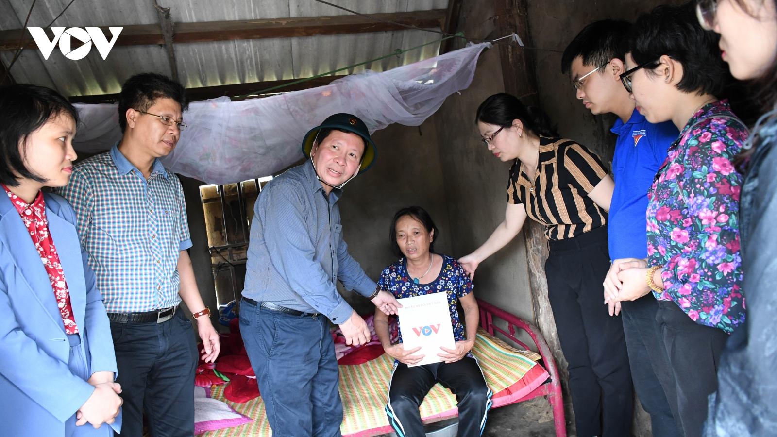 Người dân Hà Tĩnh nghẹn ngào khi đón nhận sự sẻ chia của VOV