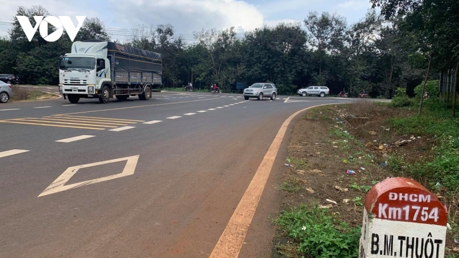 """Xe vô tư lưu thông trên """"đường cấm"""" ở Đắk Lắk"""