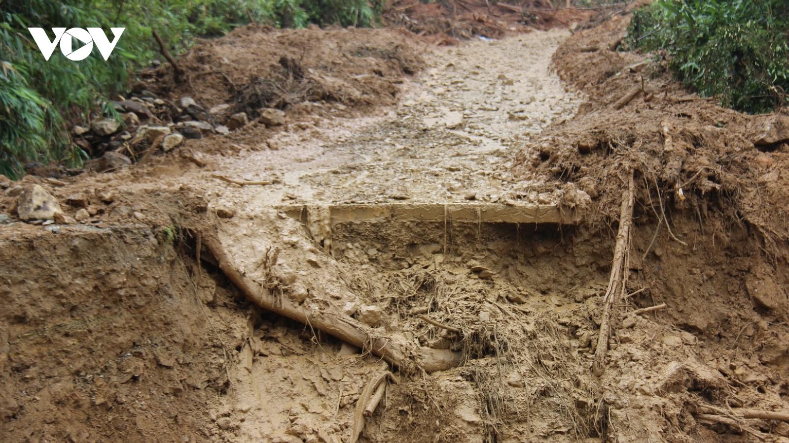 Giao thông ở Quảng Nam hư hỏng nặng nề sau mưa, lũ